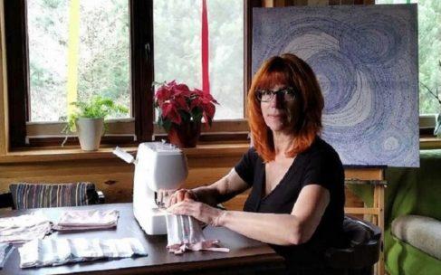 Sztuka nie może być obojętna – artystka szyje maseczki dla służby zdrowia